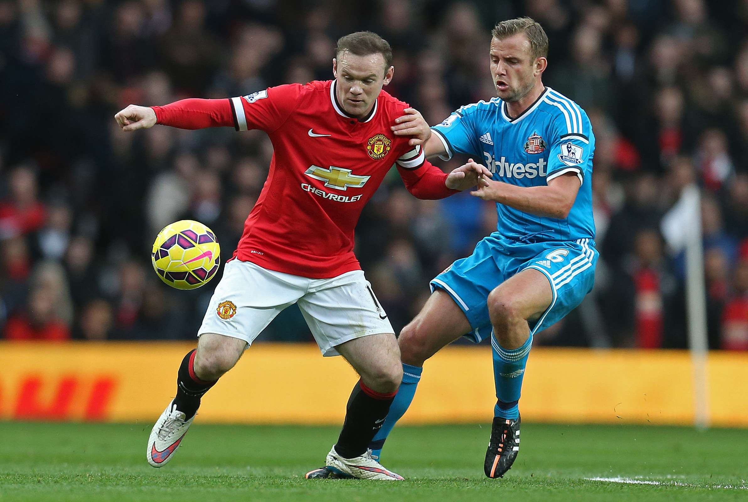 "Football - Manchester United v Sunderland - Barclays Premier League - Old Trafford - 28/2/15 Manchester United's Wayne Rooney in action with Sunderland's Lee Cattermole Action Images via Reuters / Carl Recine Livepic EDITORIAL USE ONLY. No use with unauthorized audio, video, data, fixture lists, club/league logos or ""live"" services. Online in-match use limited to 45 images, no video emulation. No use in betting, games or single club/league/player publications. Please contact your account representative for further details. Foto: Carl Recine/REUTERS"