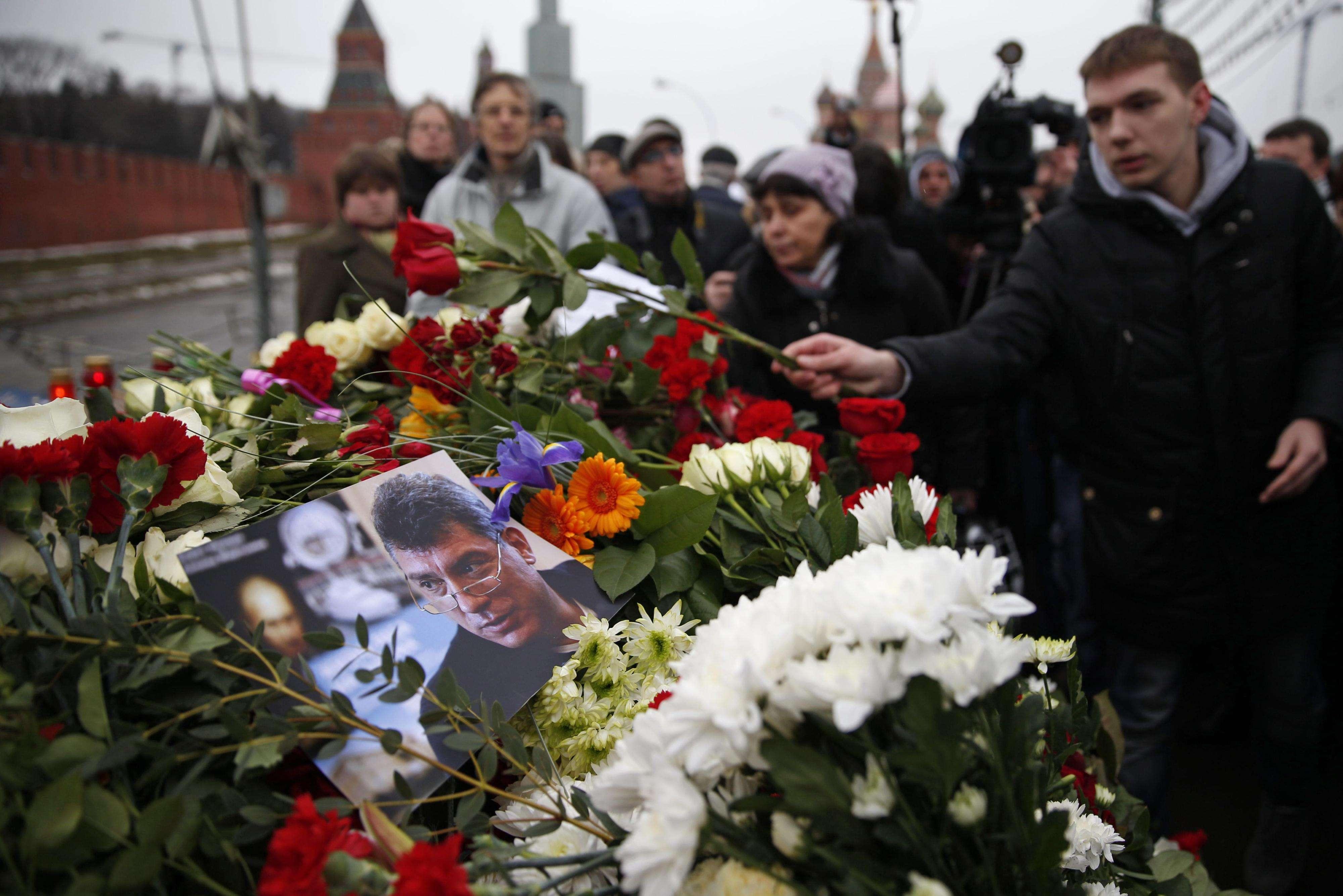 Moscovitas prestaram homenagens neste sábado ao líder opositor liberal russo Boris Nemtsov Foto: Pavel Golovkin/AP