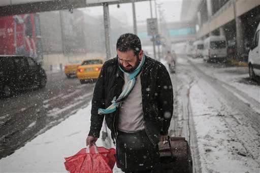 Miles de usuarios se vieron imposibilitados para llegar a su destino, en gran parte del país. Foto: AP en español