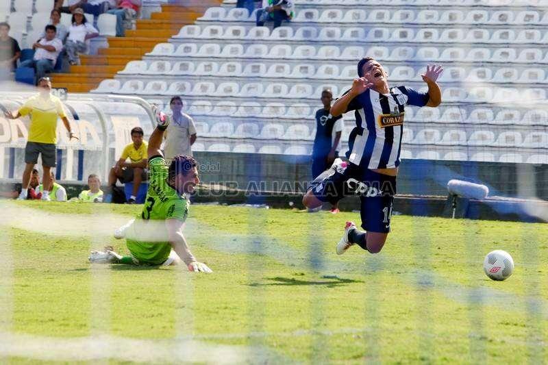 Esta es la acción del penal. En la repetición televisiva se ve claramente que el arquero de Ayacucho FC, Mario Villasanti, no toca a Osnar Noronha, delantero de Alianza Lima. Foto: Facebook Alianza Lima