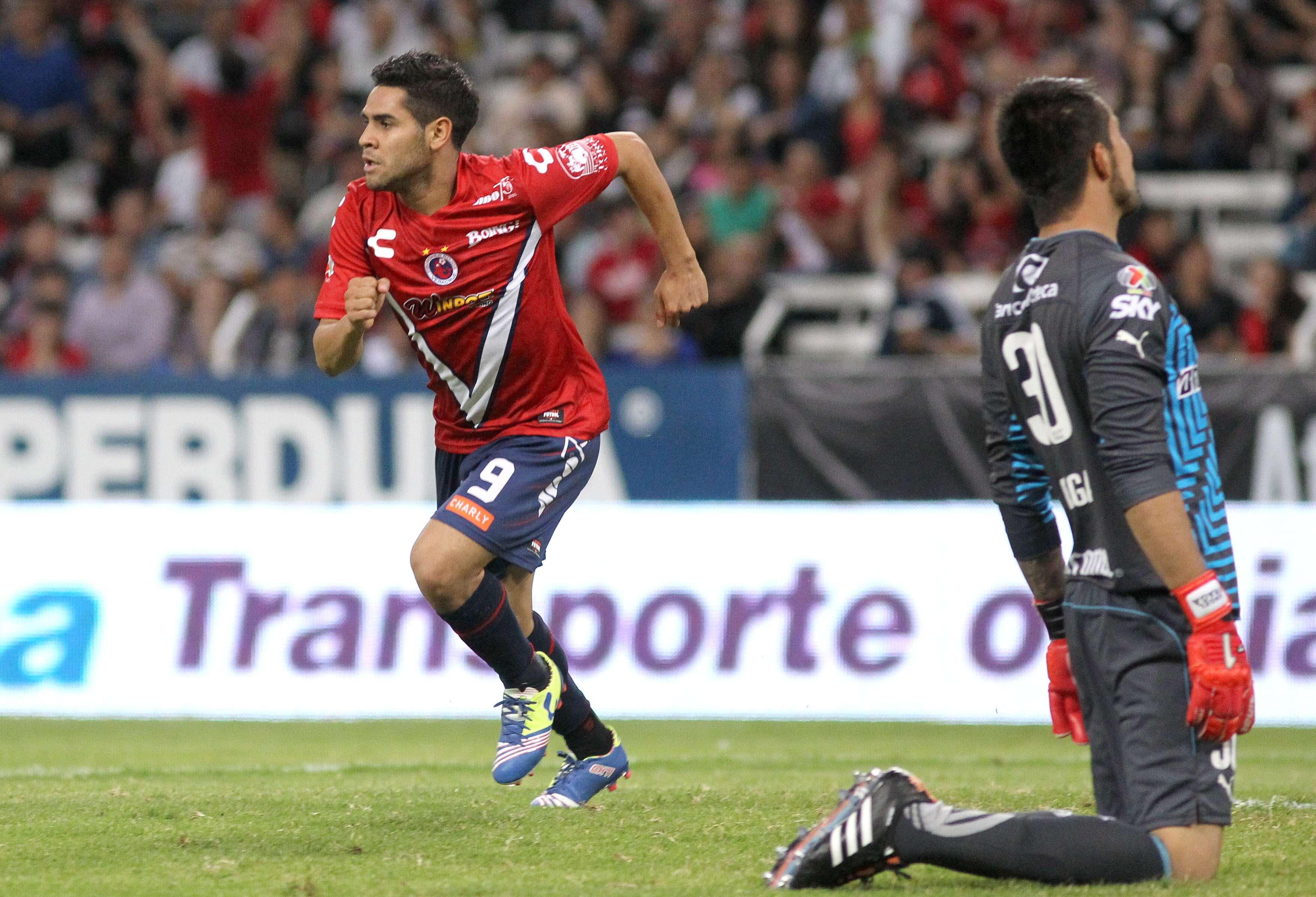 Con una anotación de Daniel Villalva y dos de Julio Furch, el Veracruz conserva el invicto al vencer 3-0 al Atlas en el Jalisco Foto: EFE