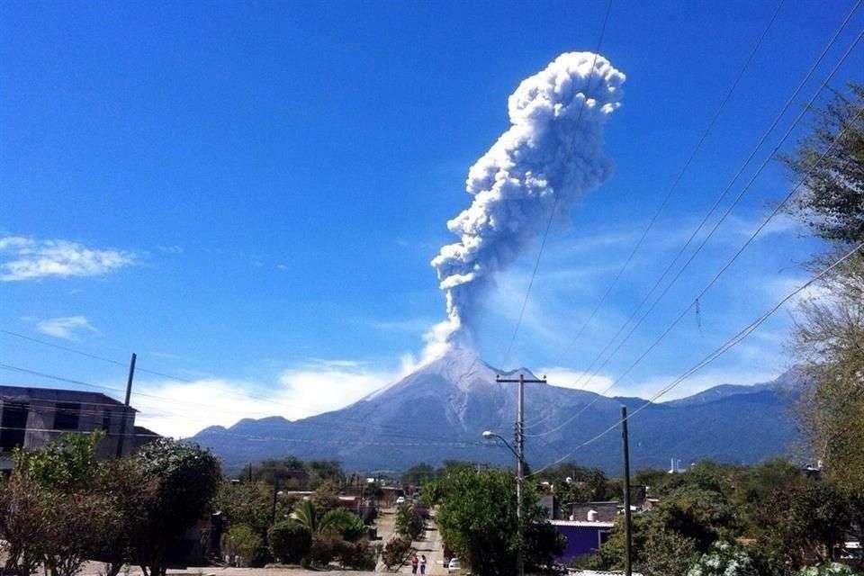 El volcán de Colima expulsó una fumarola que se pudo ver desde las comunidades de Tuxpan, Zapotiltic, Tamazula de Gordiano y Tecalitlán. Foto: Reforma