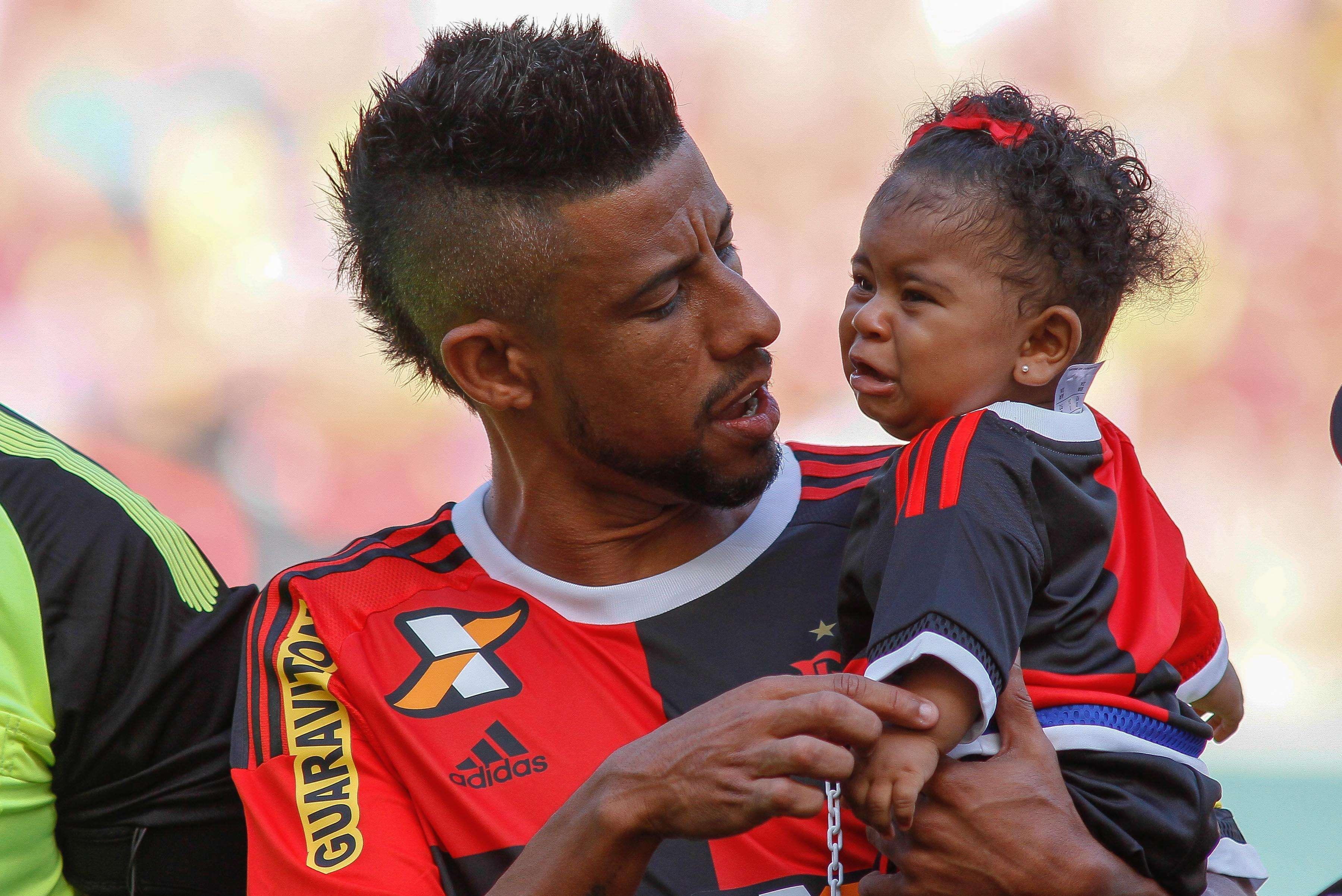 Léo Moura entrou com a família em campo em seu adeus oficial ao Flamengo Foto: Luciano Belford / Agência Eleven/Gazeta Press