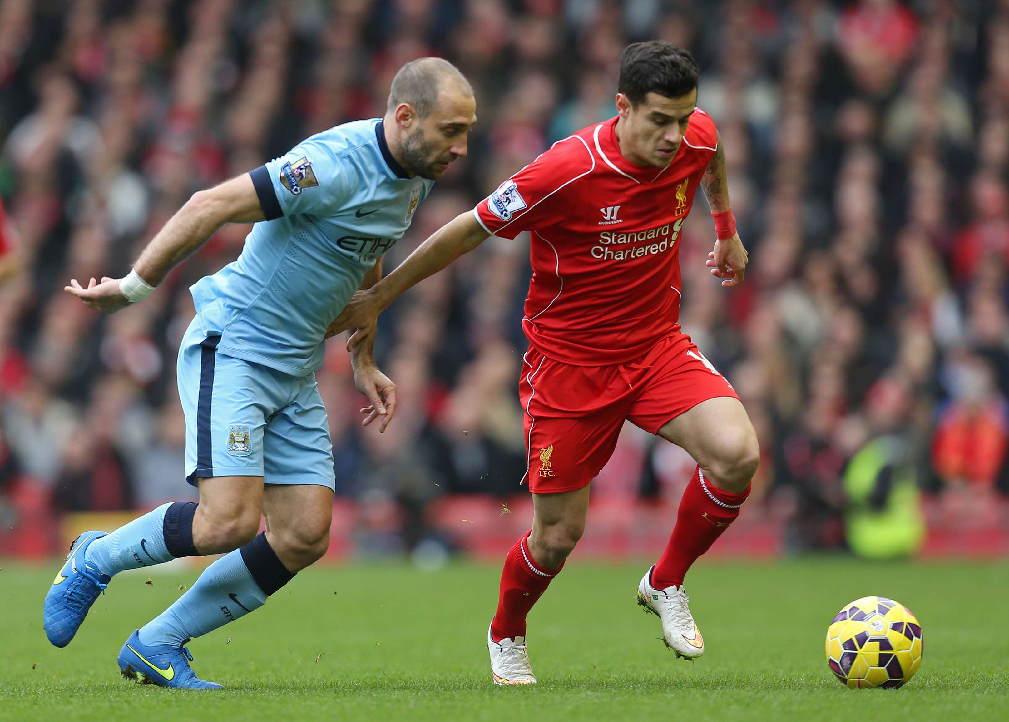 "Football - Liverpool v Manchester City - Barclays Premier League - Anfield - 1/3/15 Liverpool's Philippe Coutinho in action against Manchester City's Pablo Zabaleta Action Images via Reuters / Carl Recine Livepic EDITORIAL USE ONLY. No use with unauthorized audio, video, data, fixture lists, club/league logos or ""live"" services. Online in-match use limited to 45 images, no video emulation. No use in betting, games or single club/league/player publications. Please contact your account representative for further details. Foto: Carl Recine/REUTERS"