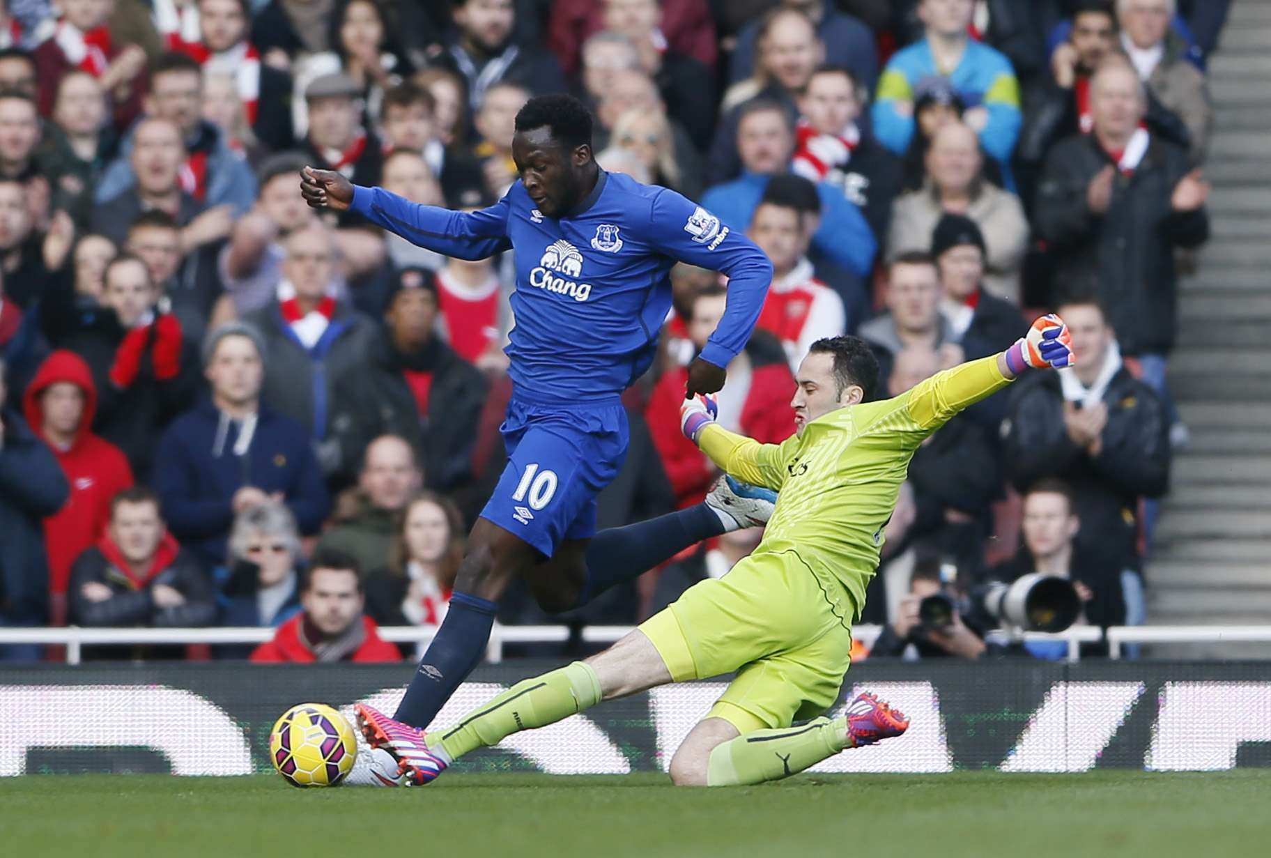 "Football - Arsenal v Everton - Barclays Premier League - Emirates Stadium - 1/3/15 Arsenal's David Ospina in action against Everton's Romelu Lukaku Reuters / Stefan Wermuth Livepic EDITORIAL USE ONLY. No use with unauthorized audio, video, data, fixture lists, club/league logos or ""live"" services. Online in-match use limited to 45 images, no video emulation. No use in betting, games or single club/league/player publications. Please contact your account representative for further details. Foto: Stefan Wermuth/REUTERS"
