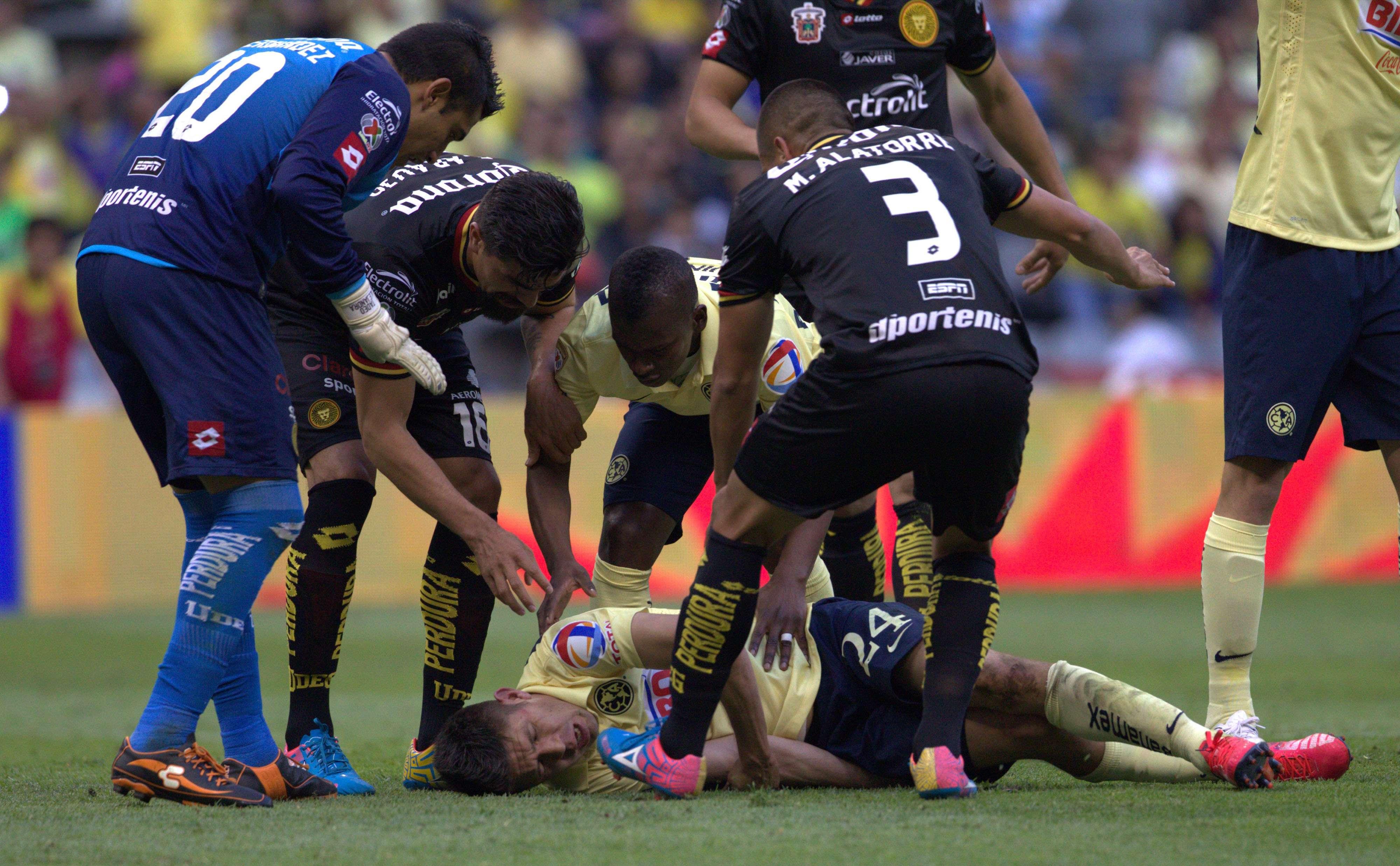 Oribe Peralta al sufrir el choque con Humberto Hernández, arquero de Leones Negros. Foto: Mexsport