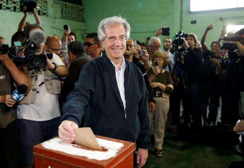 En la imagen de archivo, el entonces candidato presidencial uruguayo Tabaré Vásquez emite su voto en las elecciones en Montevideo. Vázquez asumió el domingo la presidencia de Uruguay, en el tercer mandato consecutivo de la izquierda y con su antecesor José Mujica dejándole el legado de una economía con acento social en la que quedan temas pendientes como la educación, el abultado déficit fiscal y la inseguridad. Foto: Andres Stapff (URUGUAY - Tags: POLITICS ELECTIONS) - RTR4BMOB/Reuters