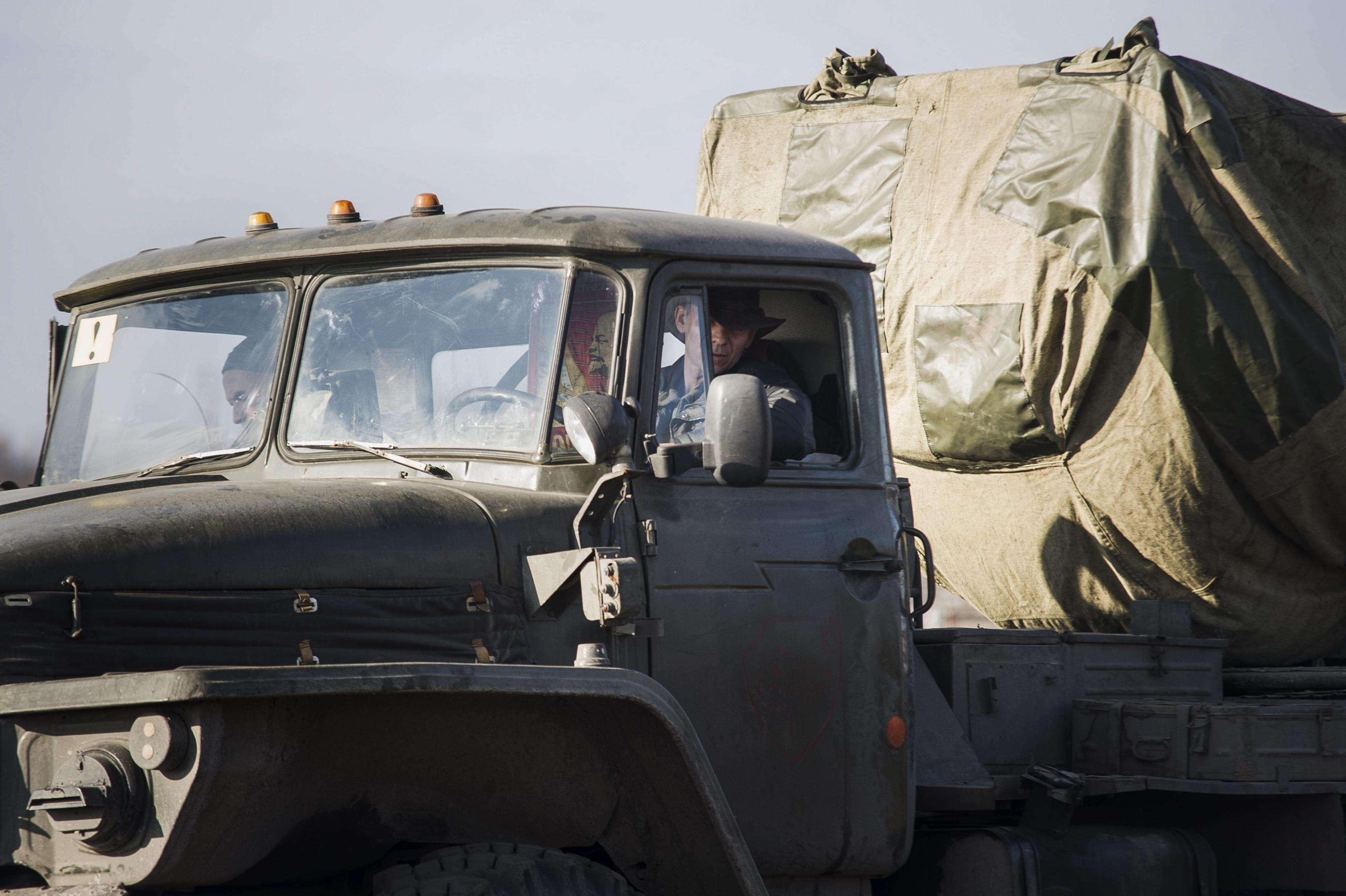 Rebeldes prorrusos, durante la retirada de armamento pesado, por su parte y por la del ejército ucraniano, en el área de Donetsk (Ucrania), el viernes 27 de febrero de 2015. Foto: EFE en español