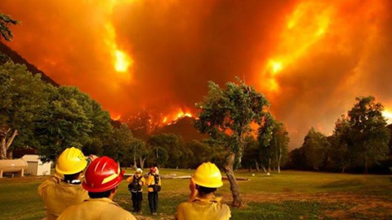 El fuego avanza por los bosques chubutenses pese a los esfuerzos de los brigadistas y a su paso va dejando afuera de sus casas a habitantes y turistas de una de las zonas más bellas de la provincia. Foto: Twitter @damianzani33