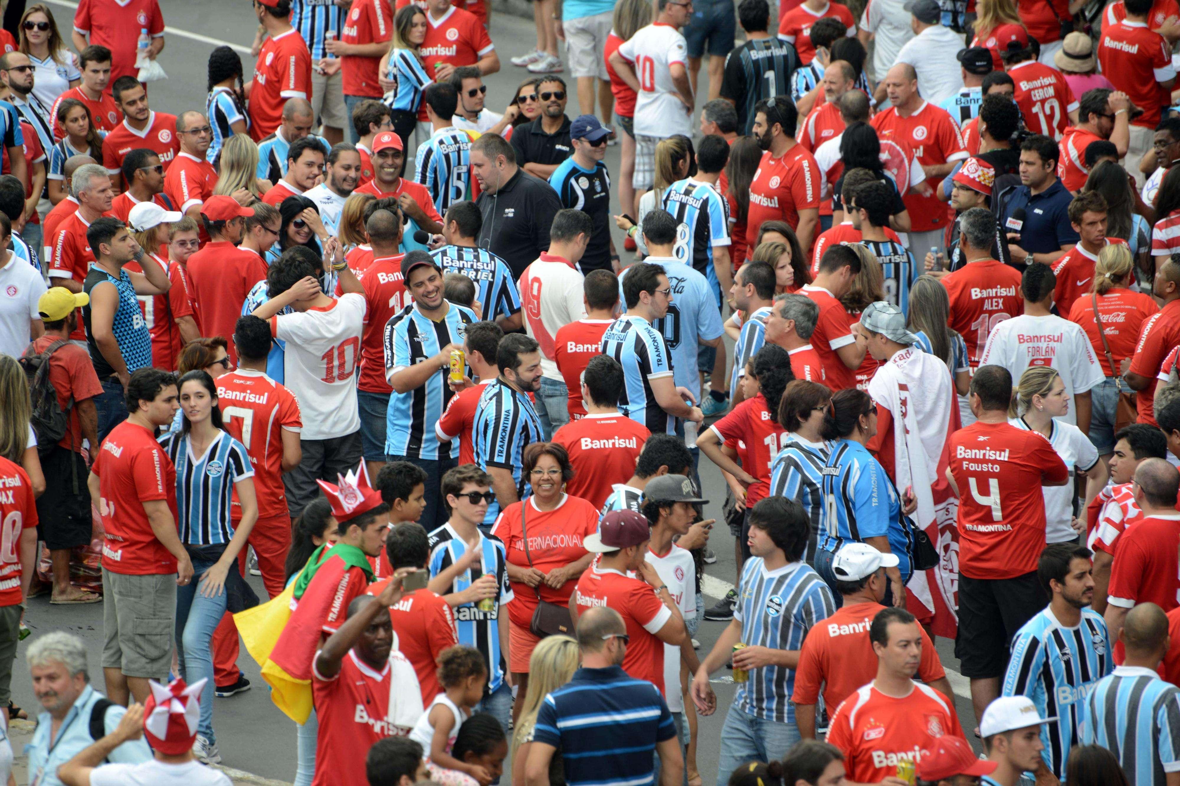 Fotos de torcedores de Internacional e Grêmio chegando para o setor misto Foto: Luiz Munhoz/Fatopress/Gazeta Press