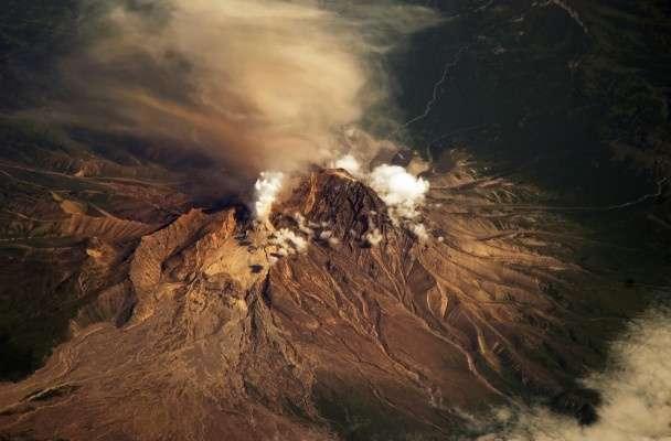 Los datos recogidos por el observatorio sugieren que una rápida erupción de uno de los volcanes lanzó ceniza por encima del mar de Bering. Foto: Nasa