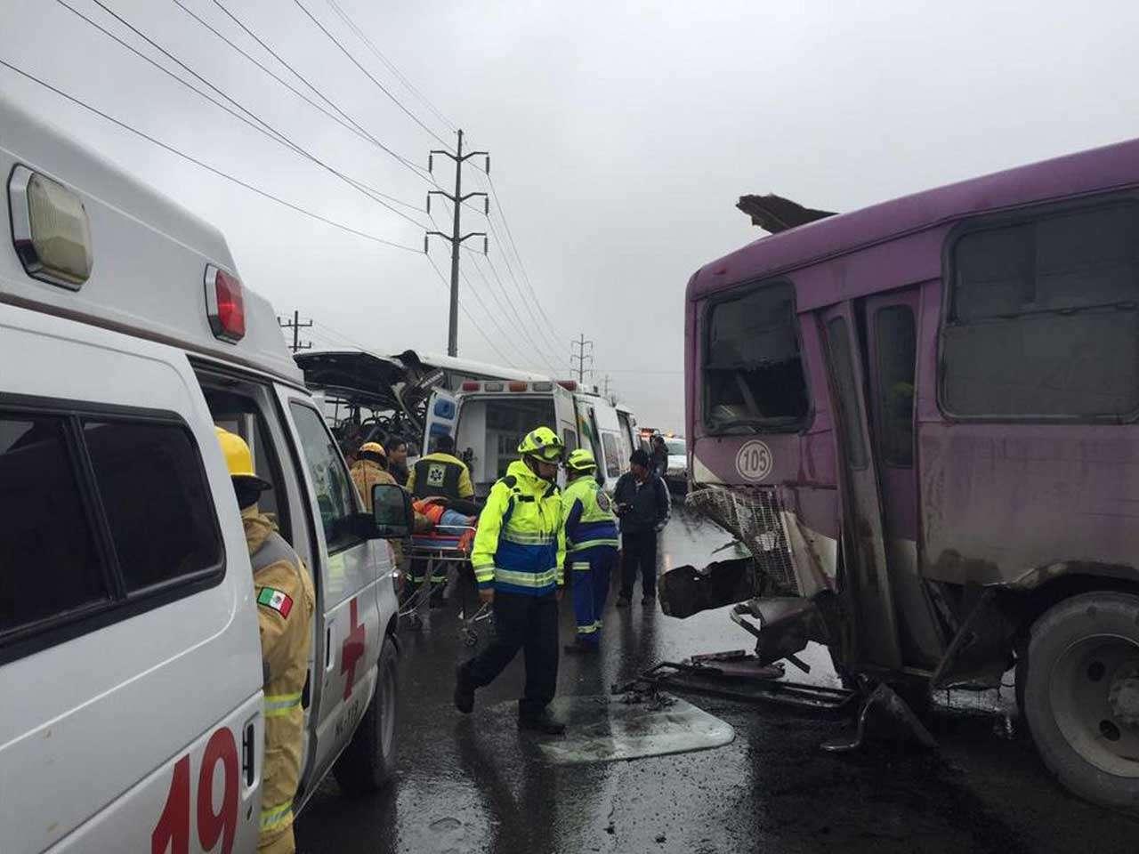 La colisión entre dos autobuses de pasajeros en Santa Catarina, Nuevo León, dejó al menos 24 heridos, 2 de marzo de 2015. Foto: @pcsantacatarina/Twitter
