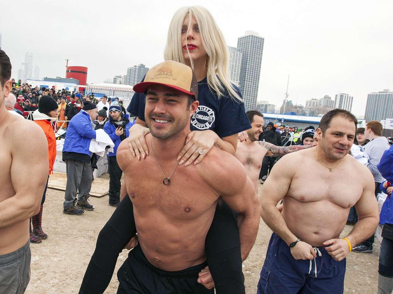 Lady Gaga se lanzó a lago helado por causa benéfica. Foto: AP en español