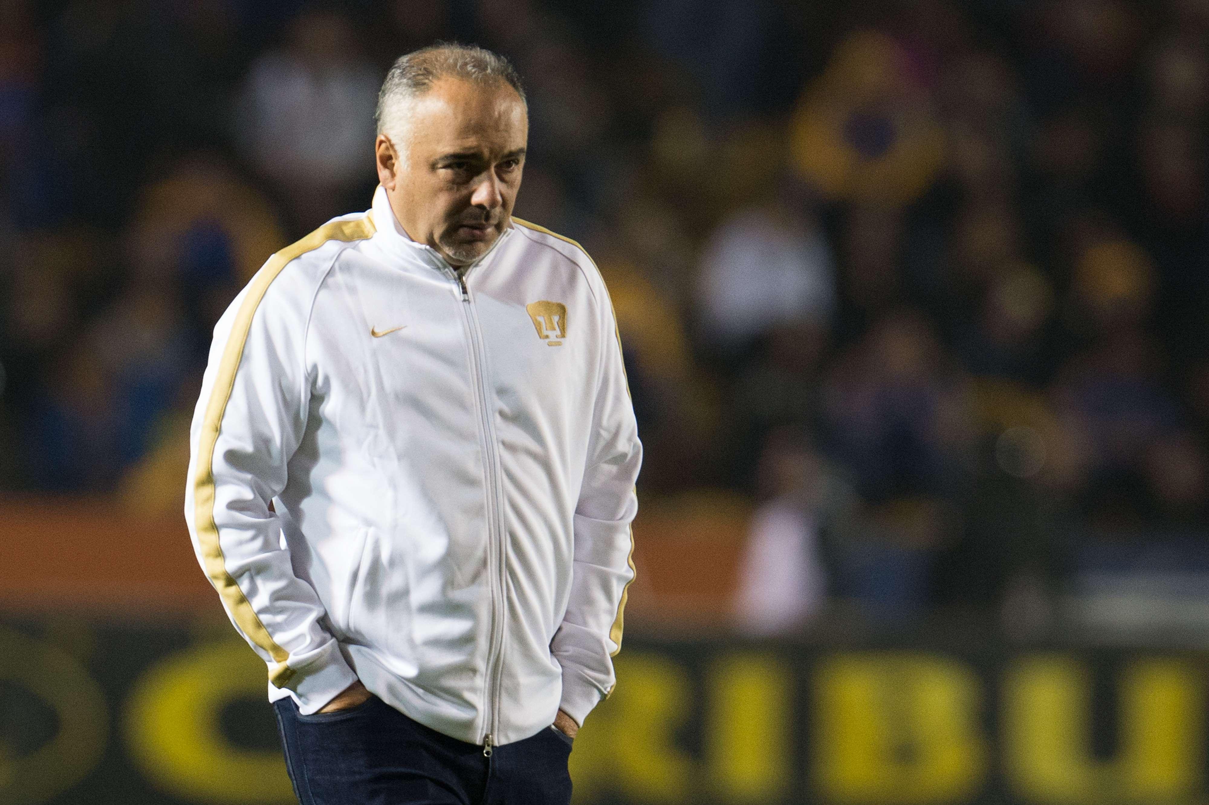Guillermo Vázquez tiene metido a los Pumas en el último sitio de la tabla general. Foto: Mexsport
