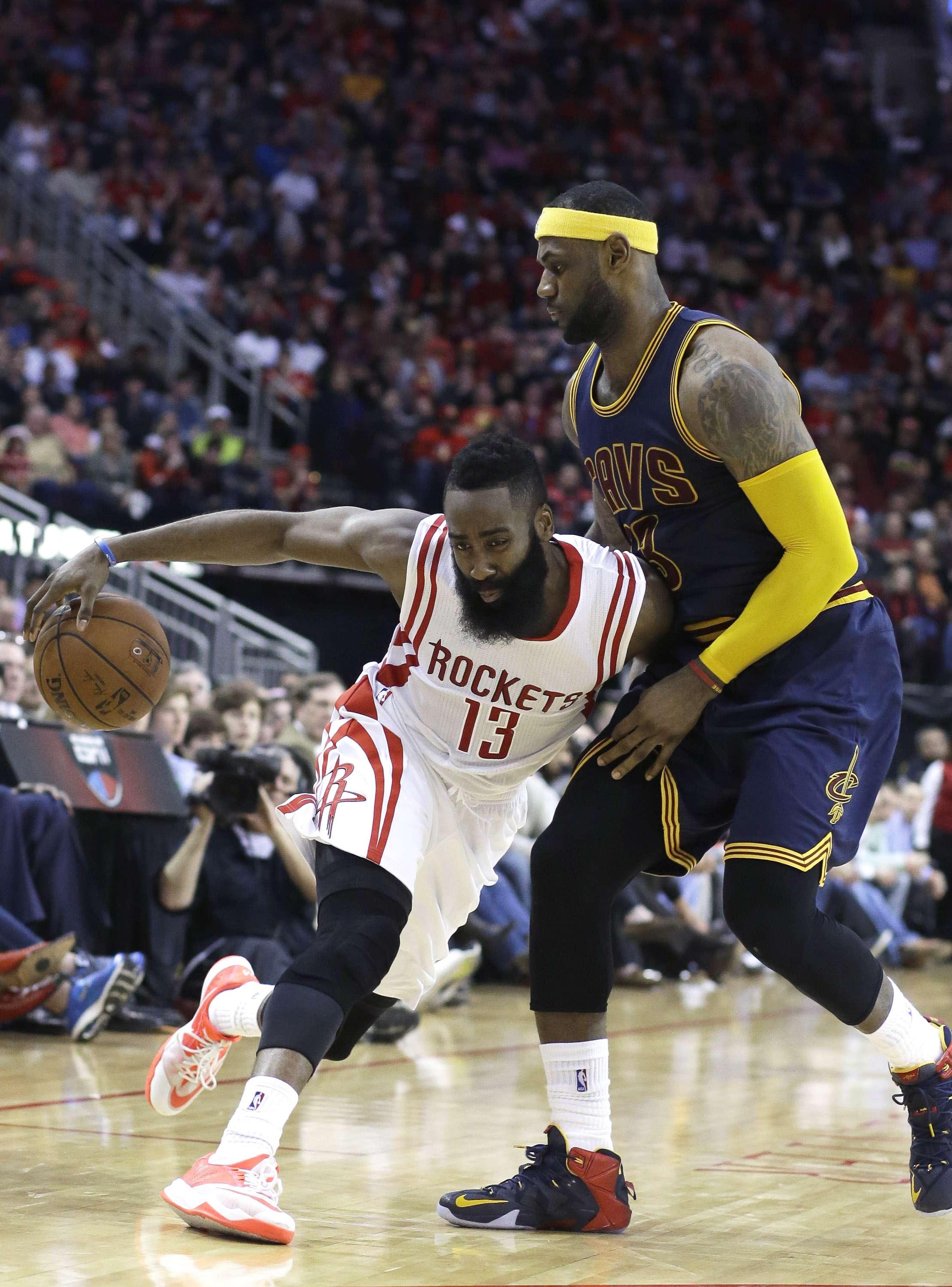 Harden y LeBron se enfrascaron en un intenso duelo. Foto: AP