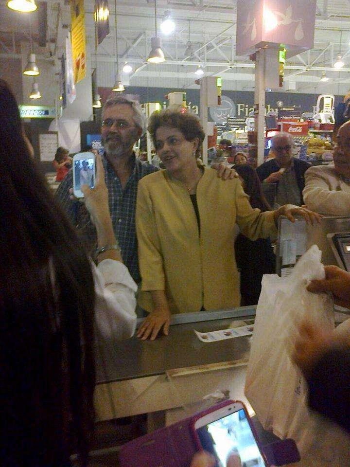 A presidente fez selfies com funcionários do mercado e clientes Foto: Gabriel Drak/Divulgação