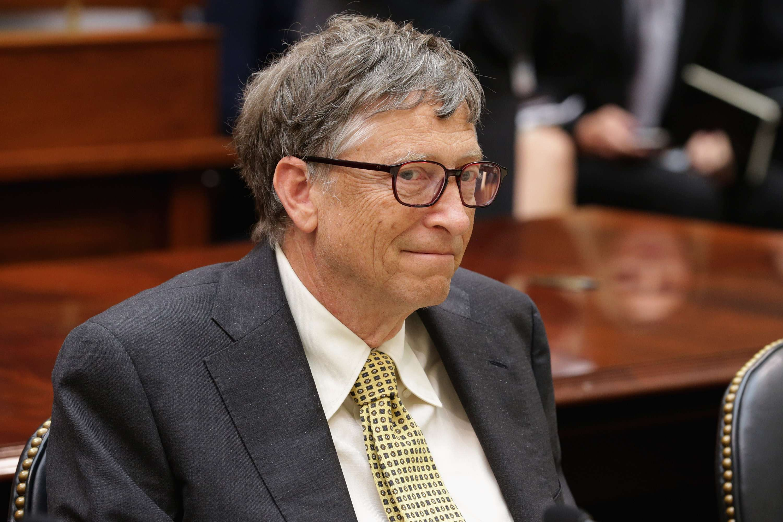 La fortuna de 79.2 mil millones de dólares del empresario Bill Gates comenzó a gestarse con la creación de Microsoft y la idea de comercializar software, algo que a las grandes empresas de tecnología como Dell e IBM les parecía una mala idea. Gates comenzó con la venta del sistema operativo Windows y el resto es historia. Foto: Getty Images