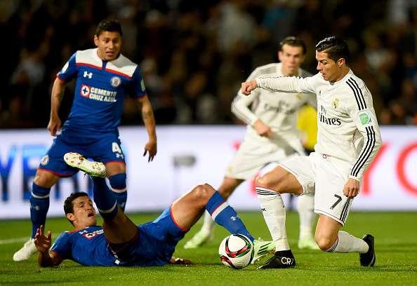 Cristiano, marcado por Julio César Domínguez y Francisco Rodríguez, en el Mundial de clubes. Foto: Getty Images