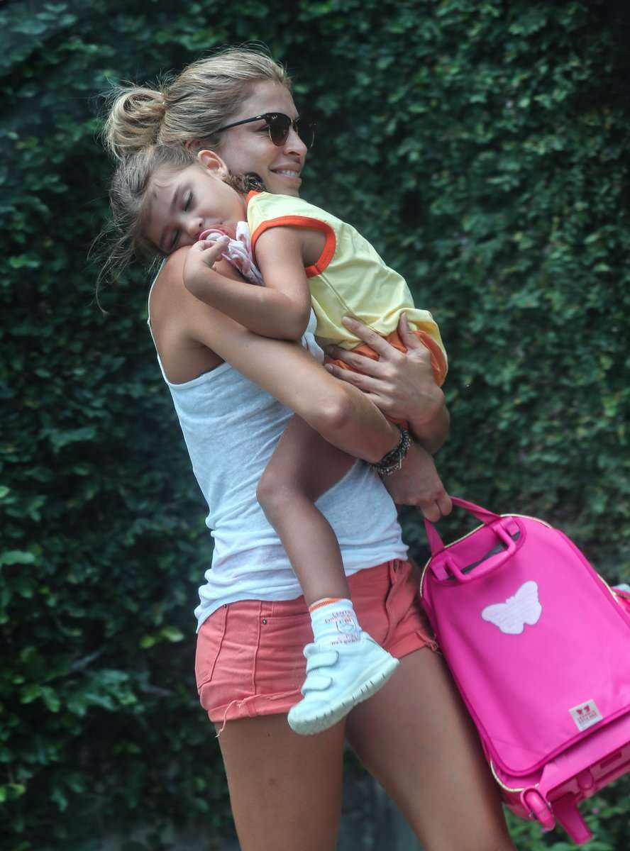 Grazi Massafera leva a filha, Sofia, para a escola na Barra da Tijuca (RJ) Foto: Delson Silva/AgNews