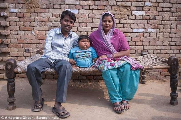 Família sofre com o ganho de peso descontrolado da menina Foto: Daily Mail/Reprodução