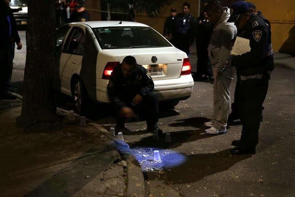 Las autoridades hallaron detrás y a un costado del auto al menos 10 casquillos. Foto: Ricardo Moya/Reforma