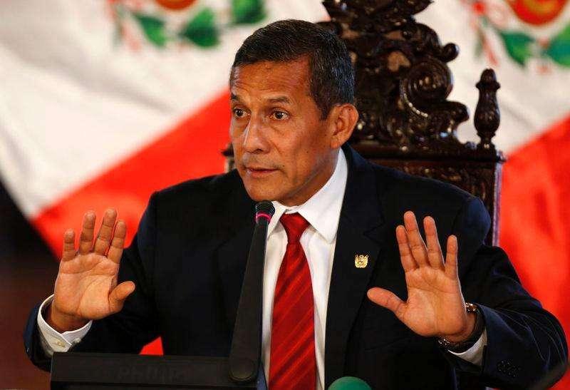 El presidente de Perú, Ollanta Humala, habla con periodistas durante una conferencia de prensa con medios extranjeros en el palacio de Gobierno en Lima, el 2 de marzo de 2015. Humala dijo el lunes que los fundamentos de la economía de su país siguen siendo sólidos a pesar de un menor crecimiento local, y subrayó que priorizará la ayuda a los más pobres en sus restantes 16 meses en el poder. Foto:  Mariana Bazo/Reuters