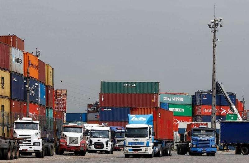 Caminhões parados no porto de Santos. 25/02/2015 Foto: Paulo Whitaker/Reuters