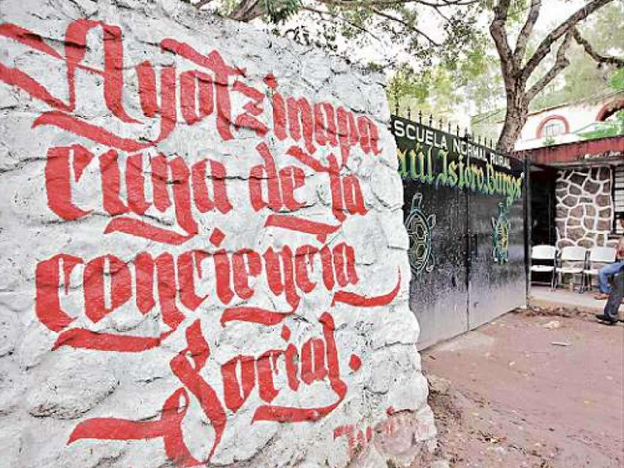 Se tiene previsto que hoy familiares de los normalistas se reúnan con el grupo de expertos de la CIDH en la Normal Rural Raúl Isidro Burgos de Ayotzinapa. Foto: Reforma