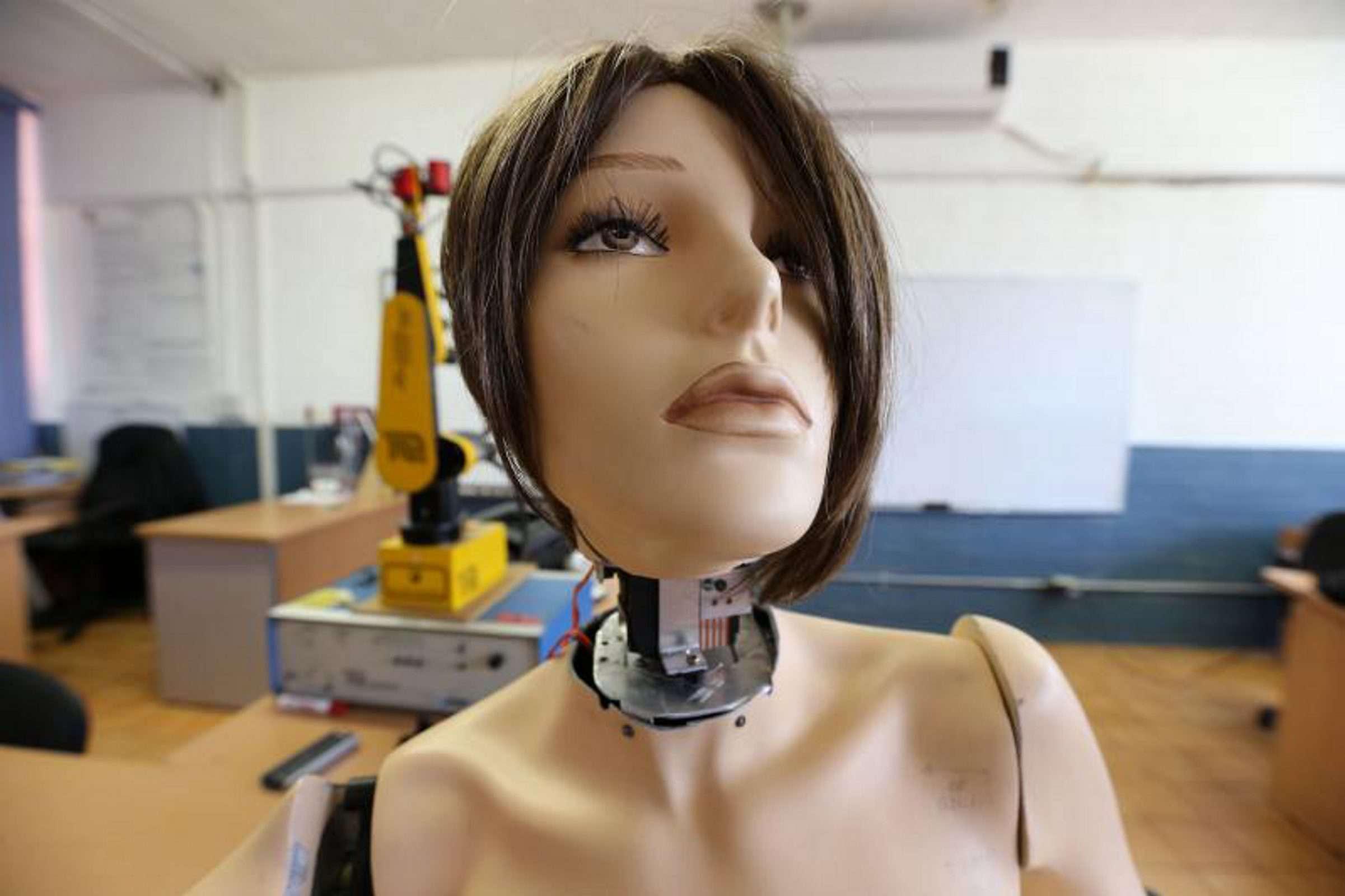 En menos de un año los nuevos prototipos podrán hacer contacto visual y seguir a una persona con la mirada o mover las manos de la forma más similar posible a cómo lo hacen los humanos. Foto: UdeG/Notimex