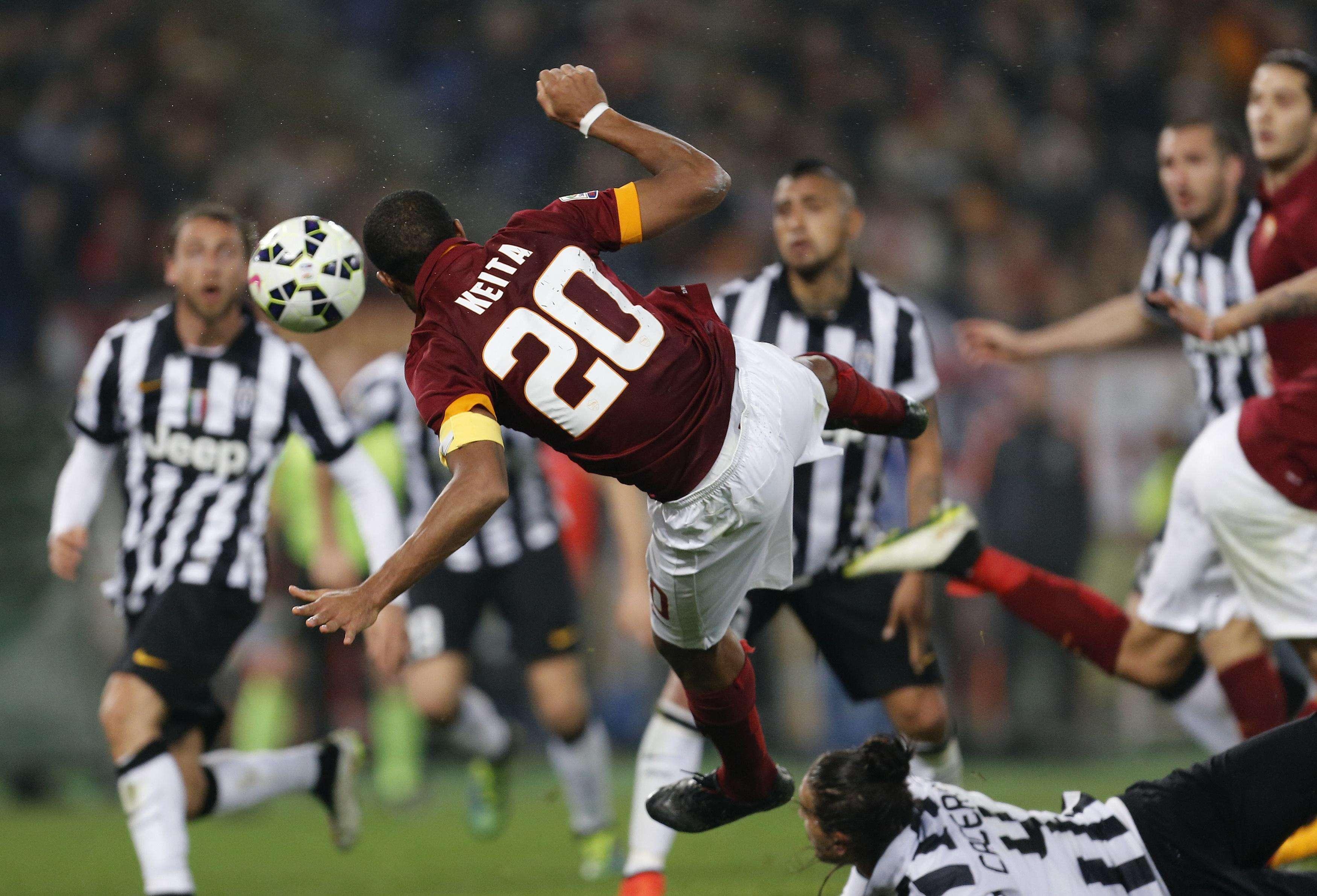 Keita marca o gol de empate para a Roma Foto: Giampiero Sposito/Reuters