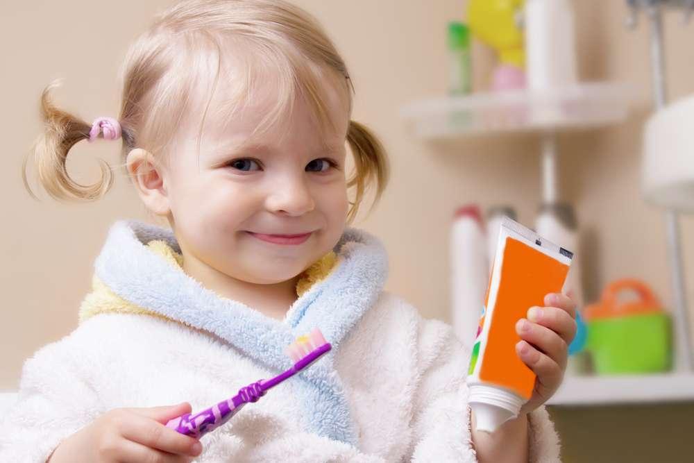 A orientação da Associação Americana de Pediatria é que a pasta de dente com flúor seja utilizada sob orientação de um dentista e com a quantidade recomendada. Foto: Angela Luchianiuc/Shutterstock
