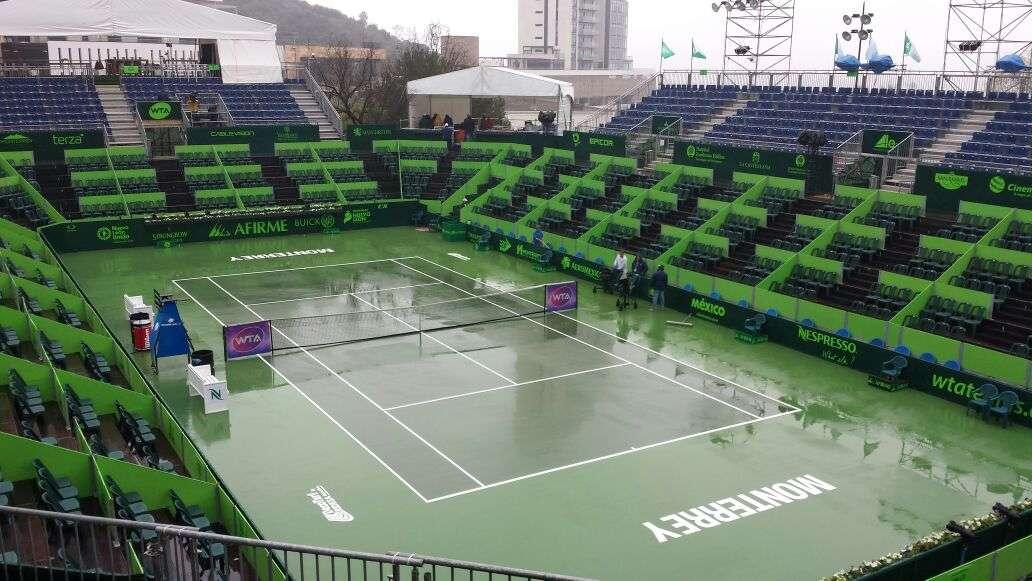 La cancha central del Abierto de Tenis Monterrey luce completamente afectada. Foto: Terra