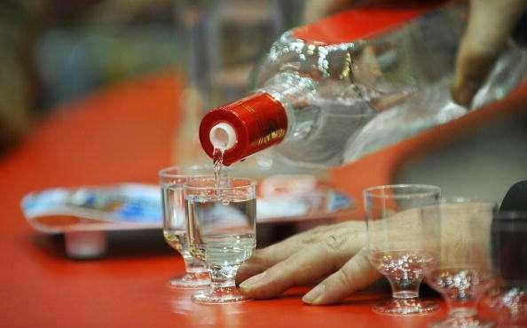 Autoridades locales informaron que el campeón de la competencia tomó 30 dosis de vodka y está en estado grave. Foto: Getty Images