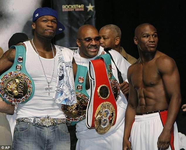 El rapero 50 Cent a la izquierda, en una fotografía tomada en 2007 junto a Mayweather, a la derecha. Foto: AP en español