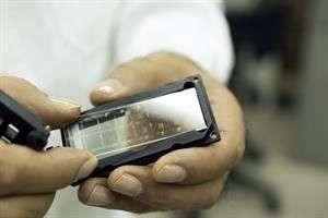 El chip tiene la capacidad para realizar 16 estudios a la vez desde una sola laminilla y el escaner indica el tipo de patógeno. Foto: Roberto Antillón/Reforma