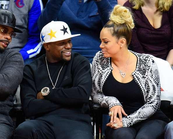 Mayweather, con su novia, en un juego de la NBA. Foto: Getty Images