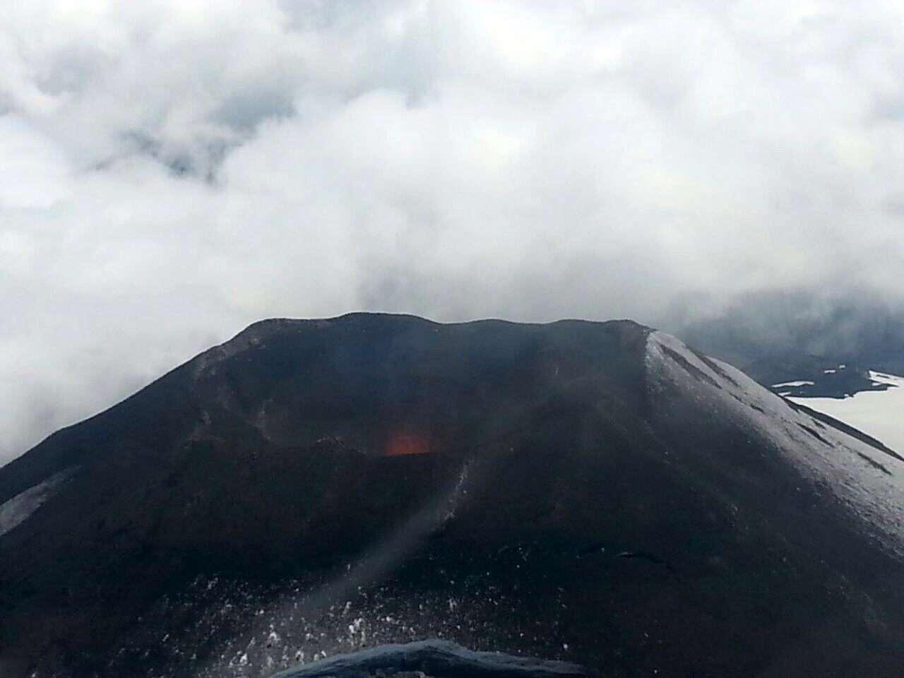 El Villarrica es uno de los cuatro volcanes más activos de Sudamérica, se ubica a unos 750 kilómetros al sur de Santiago y a una altura de 2.847 metros sobre el nivel del mar. Foto: EFE