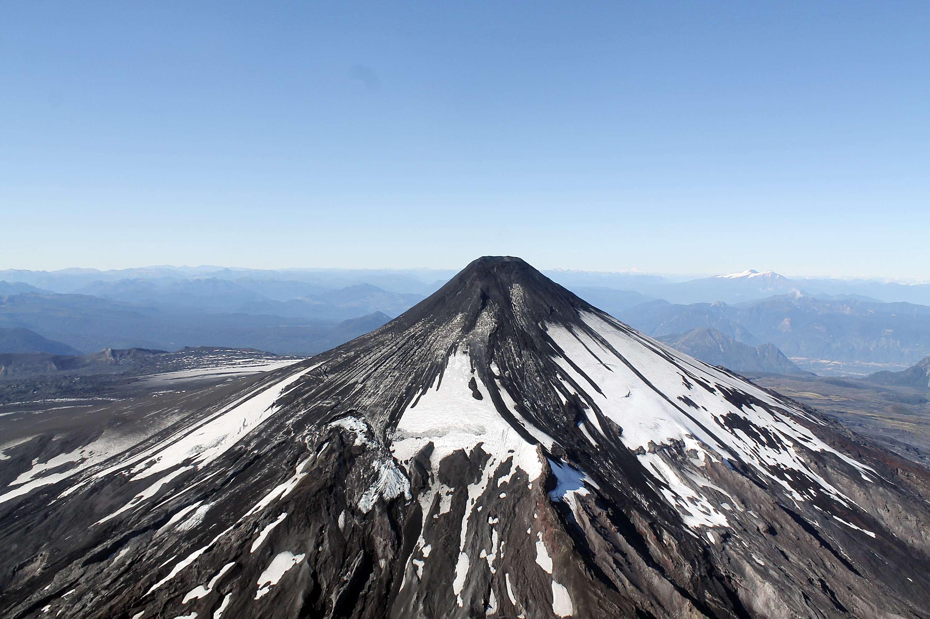 El Volcán Villarrica desde un sobrevuelo, el 3 de marzo de 2015, tras hacer erupción durante esta madrugada lo que elevó la alerta a roja en las zonas de Villarrica, Curarrehue, Panguipulli y Pucón son las zonas que se encuentran en Alerta Roja. Foto: Agencia UNO