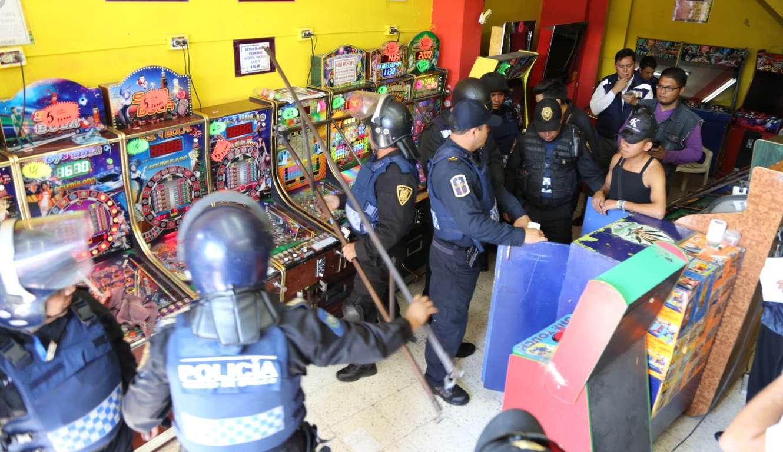 """Los operativos para decomisar y destruir las máquinas tragamonedas forman parte del programa """"La adicción no es un juego"""". Foto: Segob"""