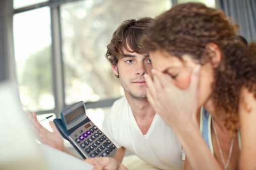 Revisa tus finanzas mes a mes para evitar caer en más deudas. Foto: Getty Images