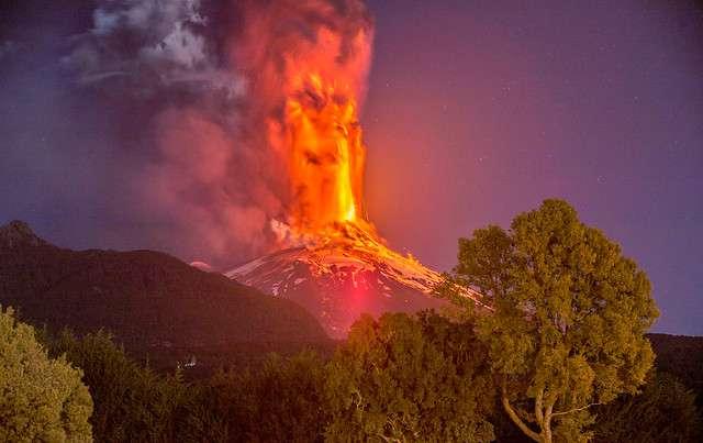 Momentos en que el volcán Villarica hace erupción durante esta madrugada lo que elevo la alerta a roja en las zonas de Villarrica, Curarrehue, Panguipulli y Pucón. Foto: Agencia Uno