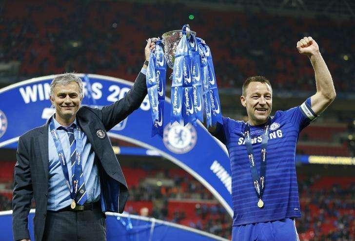 Capitão do Chelsea, John Terry, e técnico da equipe, José Mourinho, erguem a taça da Copa da Liga Inglesa. 01/03/20145 Foto: John Sibley/Reuters