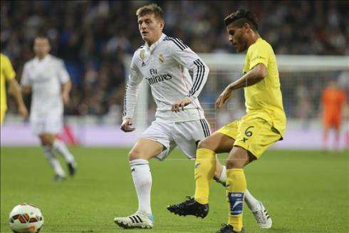 Real Madrid's German midfielder Toni Kroos (L) fights for the ball with Mexican midfielder Jonathan Dos Santos (R) of Villarreal during the Primera Division soccer match played at Santiago Bernabeu stadium in Madrid, Spain on 01 March 2015. EFE/Ballesteros Foto: EFE en español