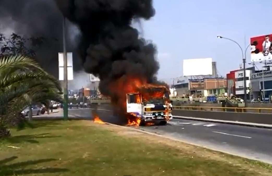 Cúster se incendió en San Borja Foto: Youtube