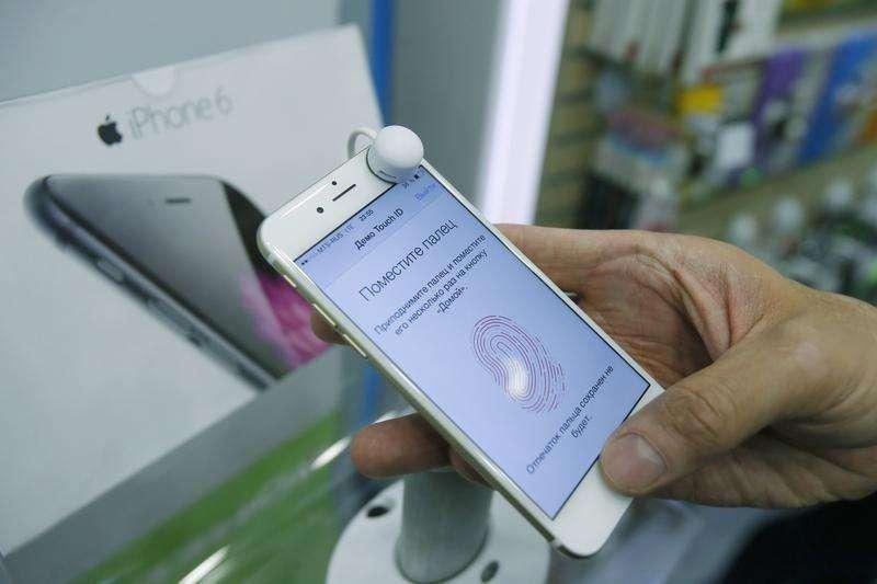 Una persona revisa un teléfono iPhone6 en una tienda en Moscú, sep 26 2014. Apple Inc fue el mayor vendedor de smartphones a nivel global en el cuarto trimestre de 2014 y superó a Samsung Electronics Co Ltd por primera vez desde 2011, según la firma de investigación Gartner. Foto: Maxim Shemetov/Reuters