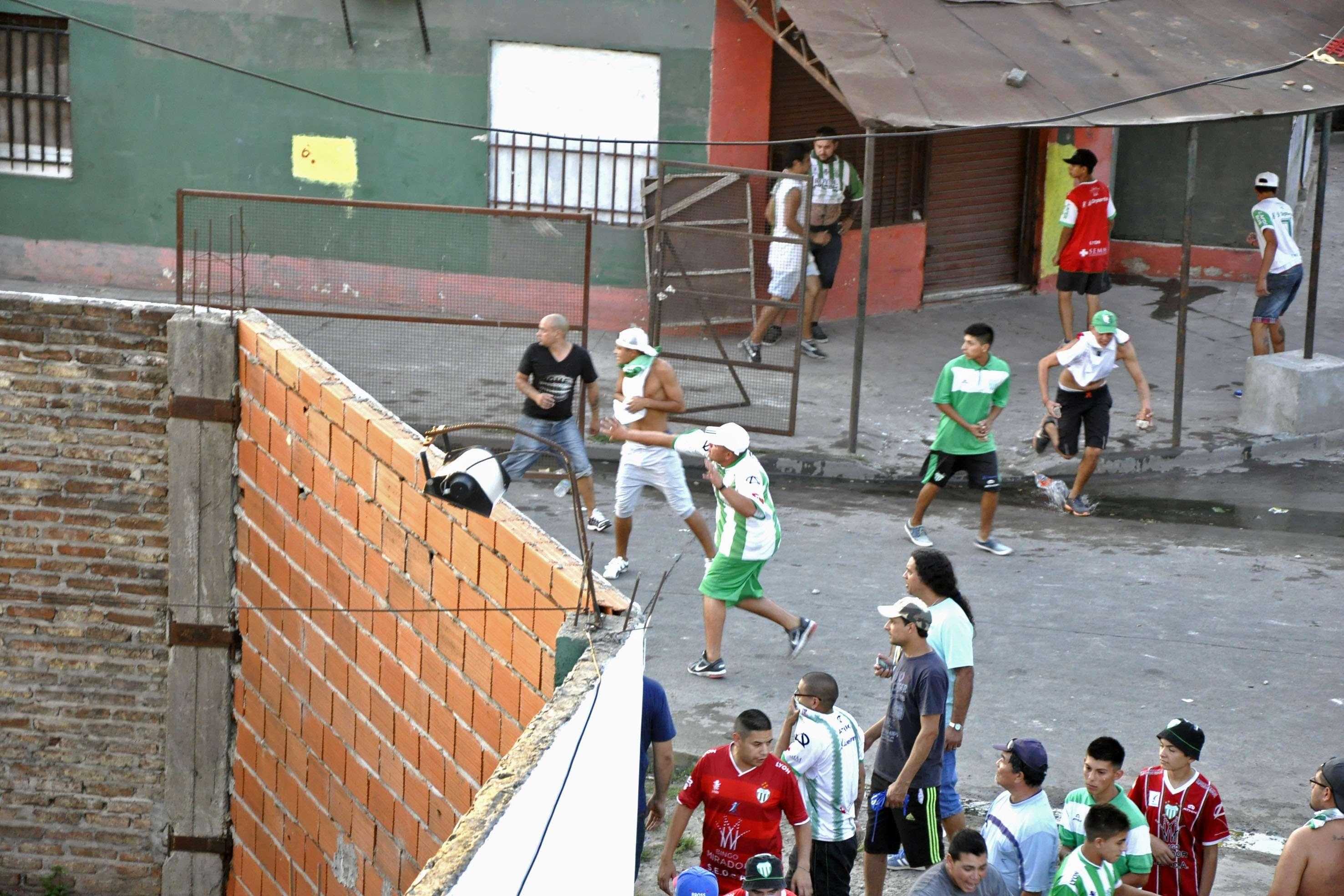 Los incidentes se produjeron entre la hinchada de Deportivo Laferrere y la Policía Bonaerense que brindaba seguridad en el partido. Foto: NA