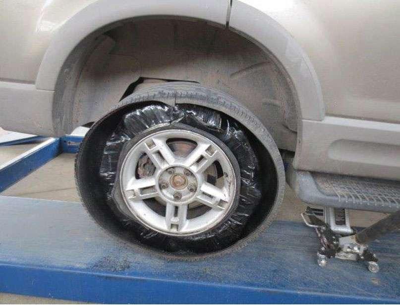 Además de las llantas, se encontró droga en el tanque de combustible del vehículo. Foto: Diario de Juarez