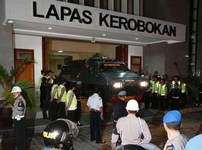 Carro blindado supostamente transportando dois australianos deixa prisão de Kerobokan em direção ao aeroporto, em Denpasar, na Indonésia, na quarta-feira (horário local). 04/03/2015 Foto: Beawiharta/Reuters
