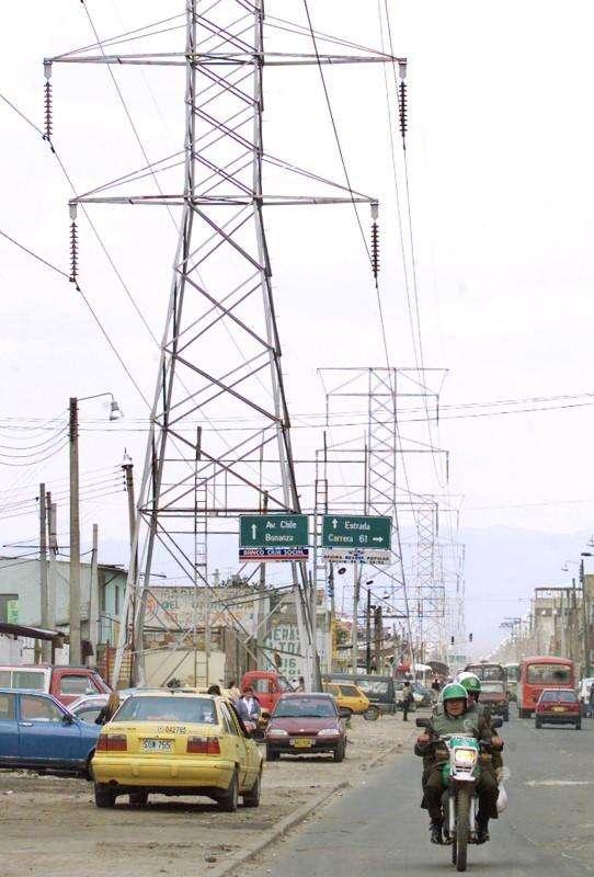 Imagen de archivo de un poste de alta tensión en Bogotá. Colombia reactivó el martes el cronograma para vender la participación controlante que posee en la eléctrica Isagen por al menos 5 billones de pesos (unos 2.000 millones de dólares), el cual había sido aplazado desde agosto del año pasado. Foto: Archive/Reuters