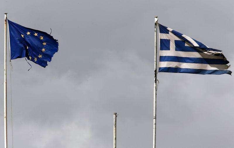 Bandeiras desgastadas da Grécia e da UE em Atenas. 24/02/2015 Foto: Yannis Behrakis/Reuters